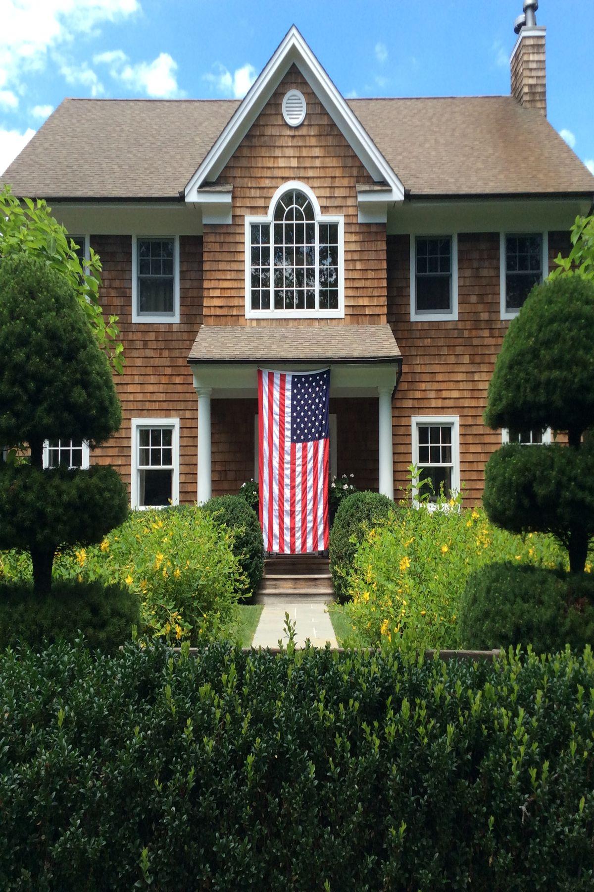 Maison unifamiliale pour l à vendre à Best Value Under 2M - Private Setting 10 Bay Colony Court, East Hampton, New York, 11937 États-Unis