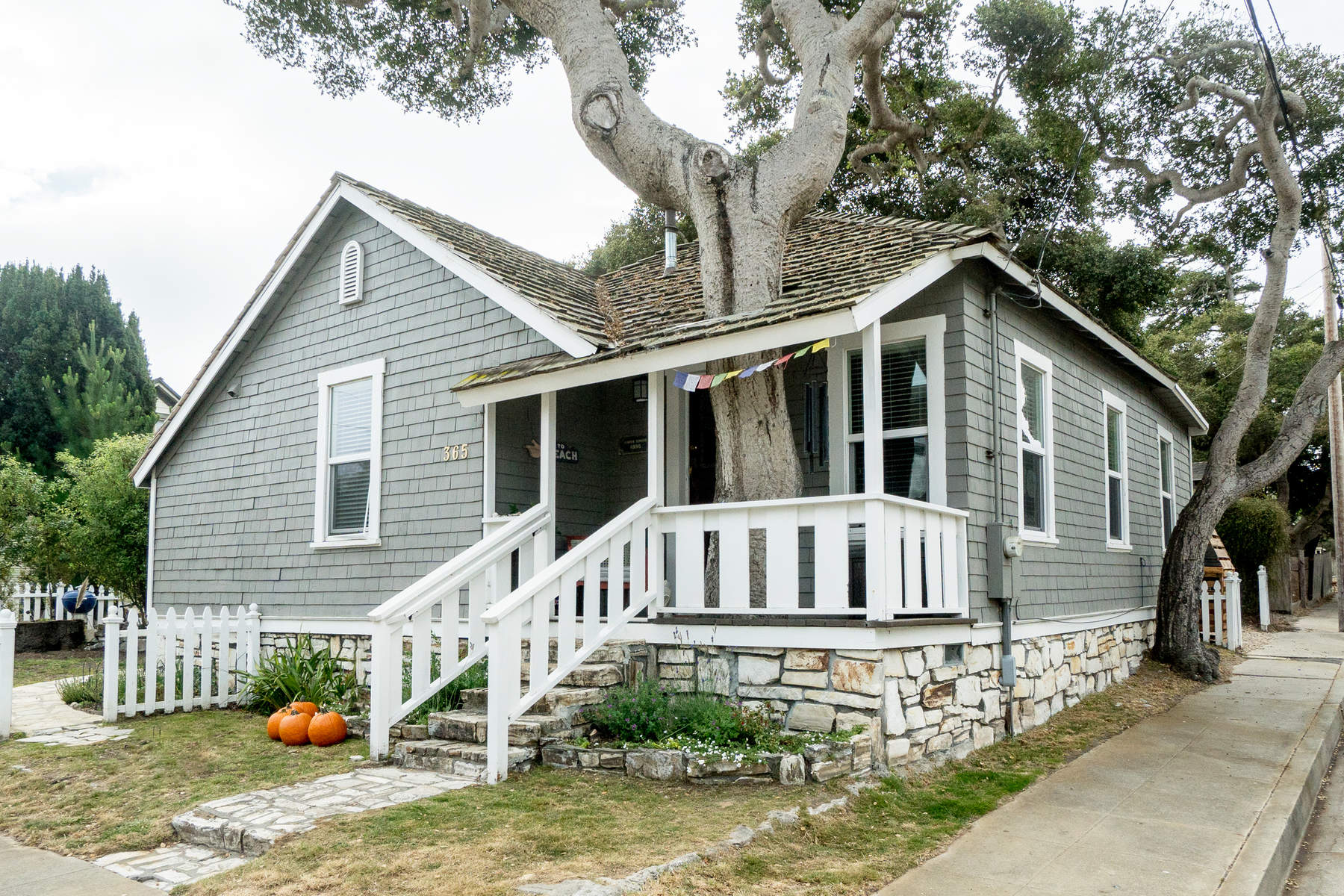 Vivienda unifamiliar por un Venta en Lovely Vintage Cottage with Guest House 365 Spruce Avenue, Pacific Grove, California, 93950 Estados Unidos