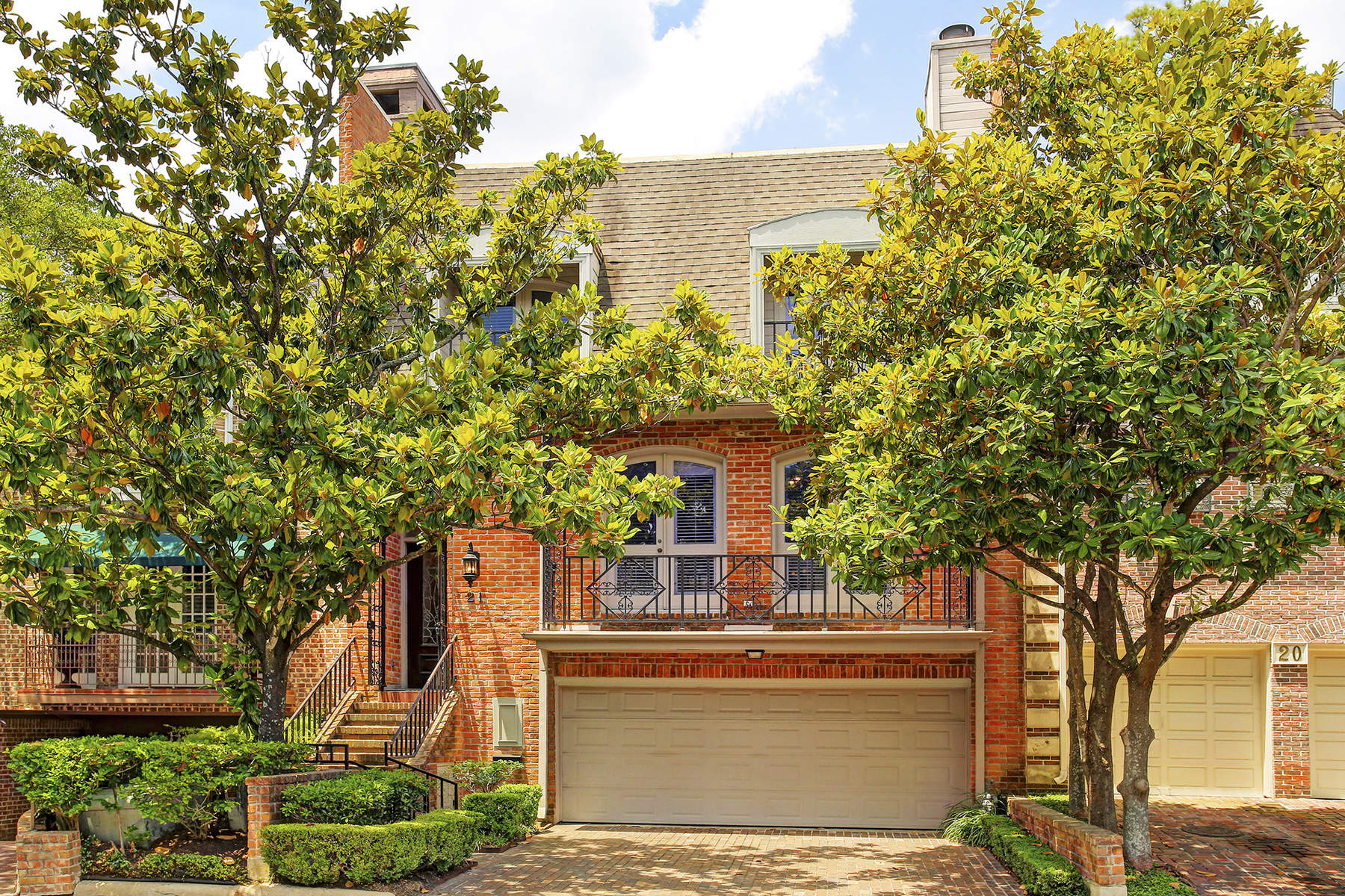 Townhouse for Sale at 21 Pine Briar Circle Tanglewood, Houston, Texas, 77056 United States