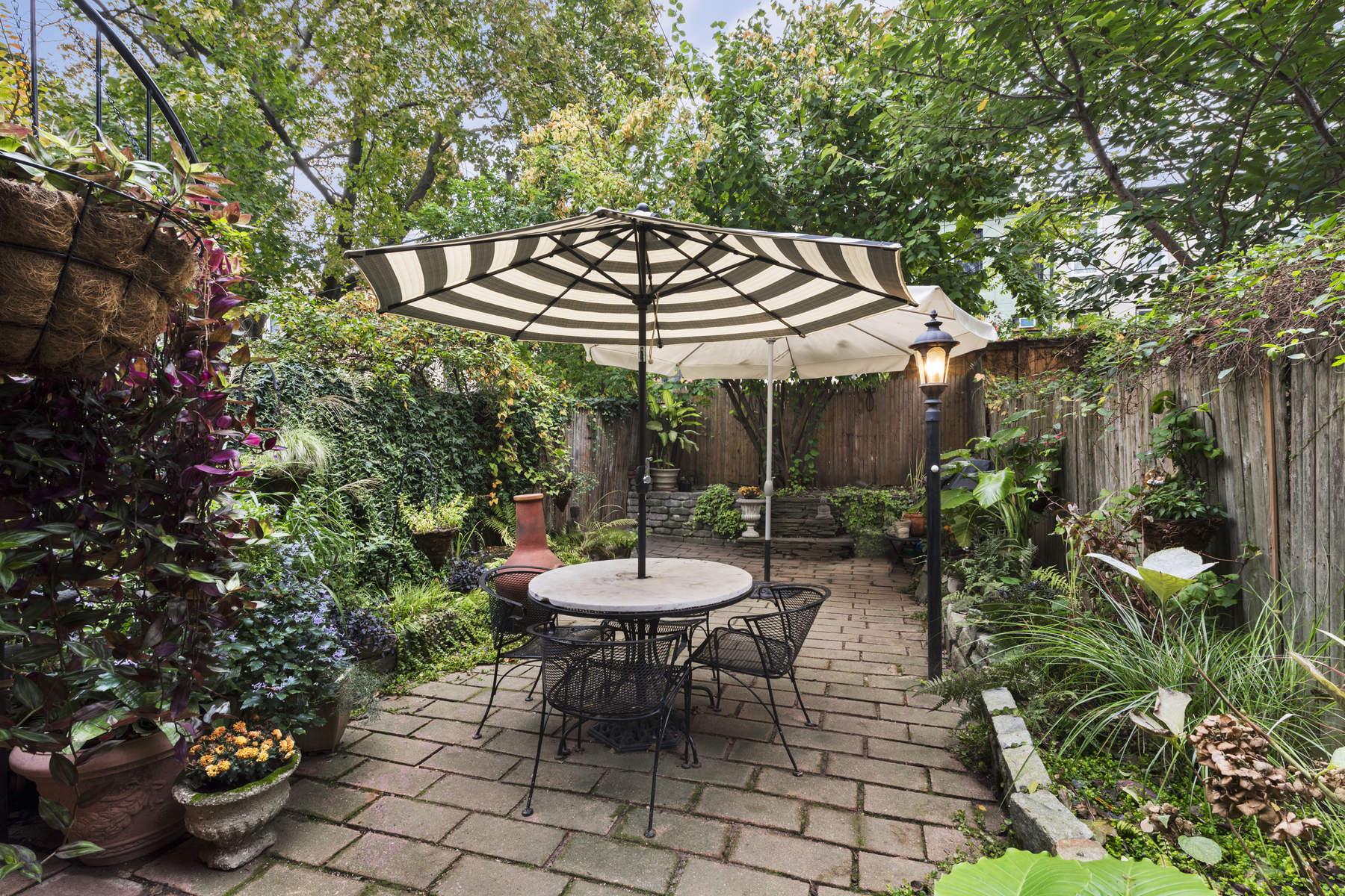 Maison avec plusieurs logements pour l à vendre à 740 Macon Street Brooklyn, New York, 11233 États-Unis
