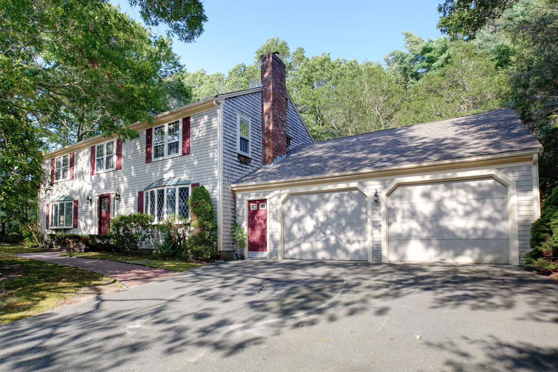 Casa Unifamiliar por un Venta en Spacious Colonial 222 Lake Shore Drive Marstons Mills, Massachusetts, 02648 Estados Unidos