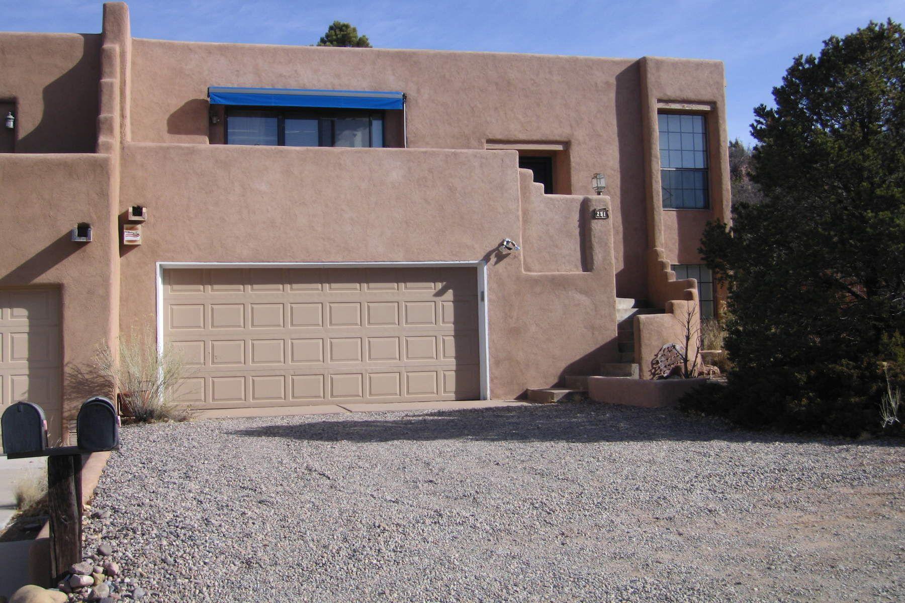 联栋屋 为 销售 在 251 Camino De La Sierra 圣达非, 新墨西哥州, 87501 美国