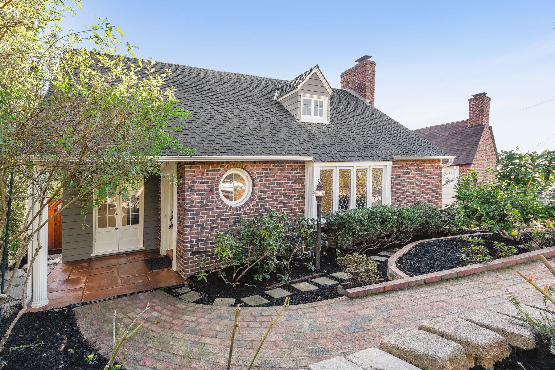 Casa Unifamiliar por un Venta en Upper Rockridge Storybook Ranch 5117 Harbord Dr Oakland, California 94618 Estados Unidos