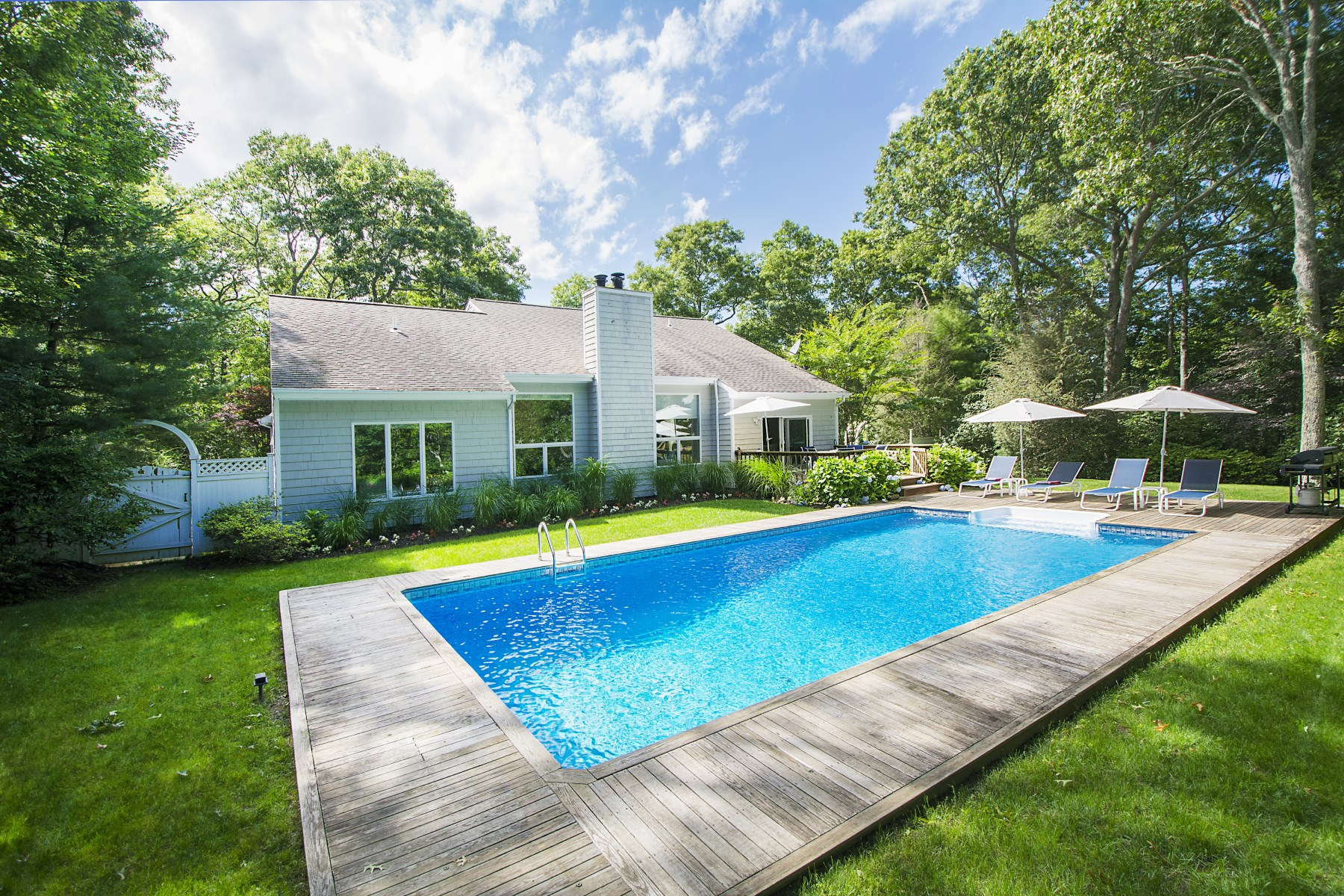 Casa para uma família para Venda às First Rate Home with Pool in Northside 114 Northside Drive Sag Harbor, Nova York, 11963 Estados Unidos