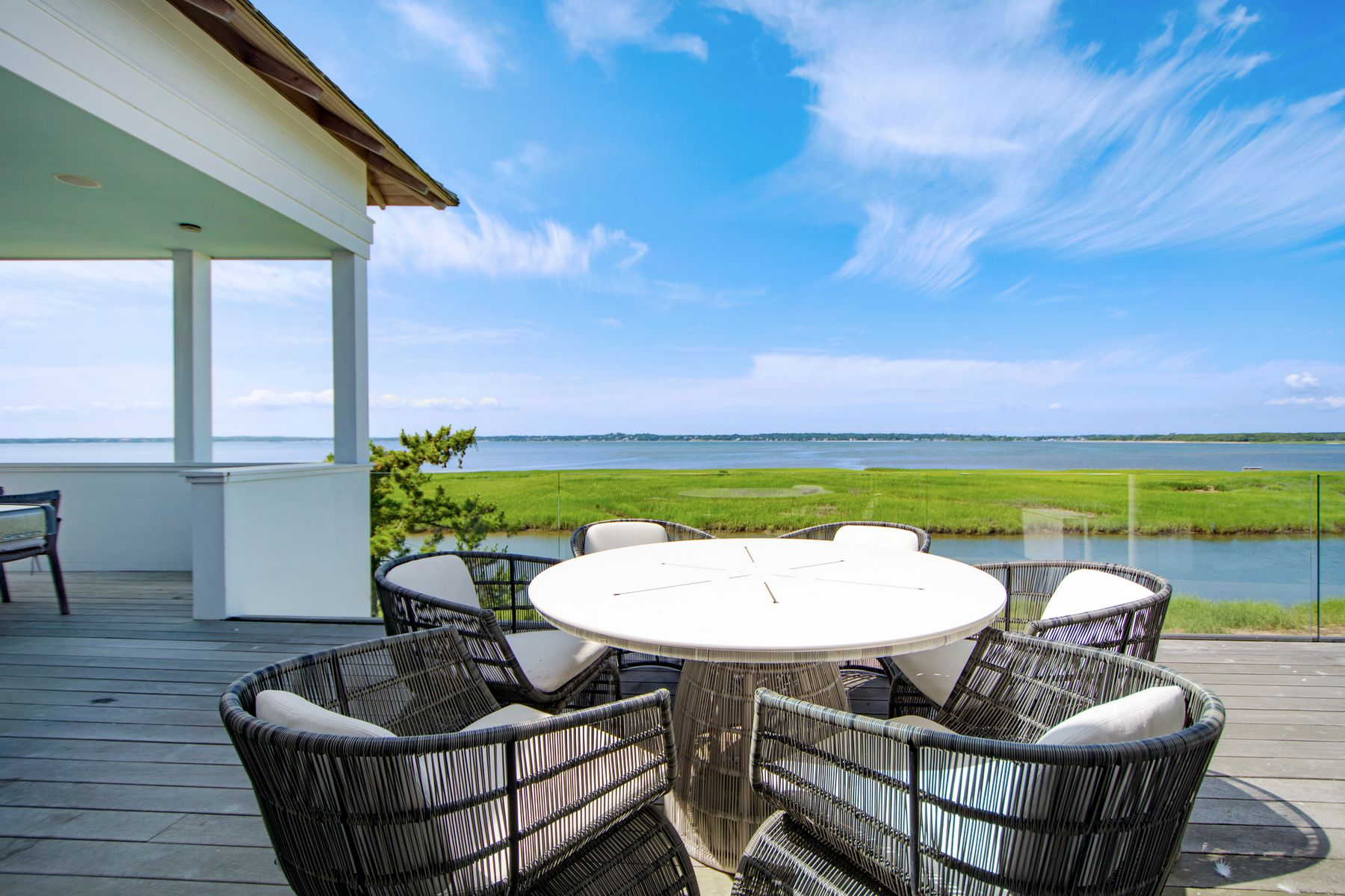 Additional photo for property listing at Custom Meadow Lane Bay Front With Dock  Southampton, New York 11968 United States