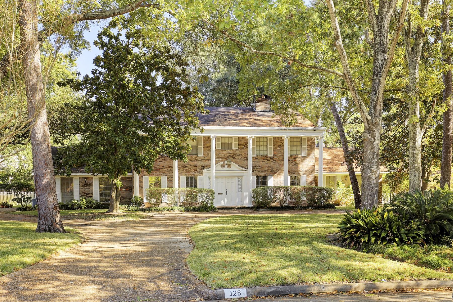 واحد منزل الأسرة للـ Sale في 126 Willowend Drive Hunters Creek Village, Texas, 77024 United States