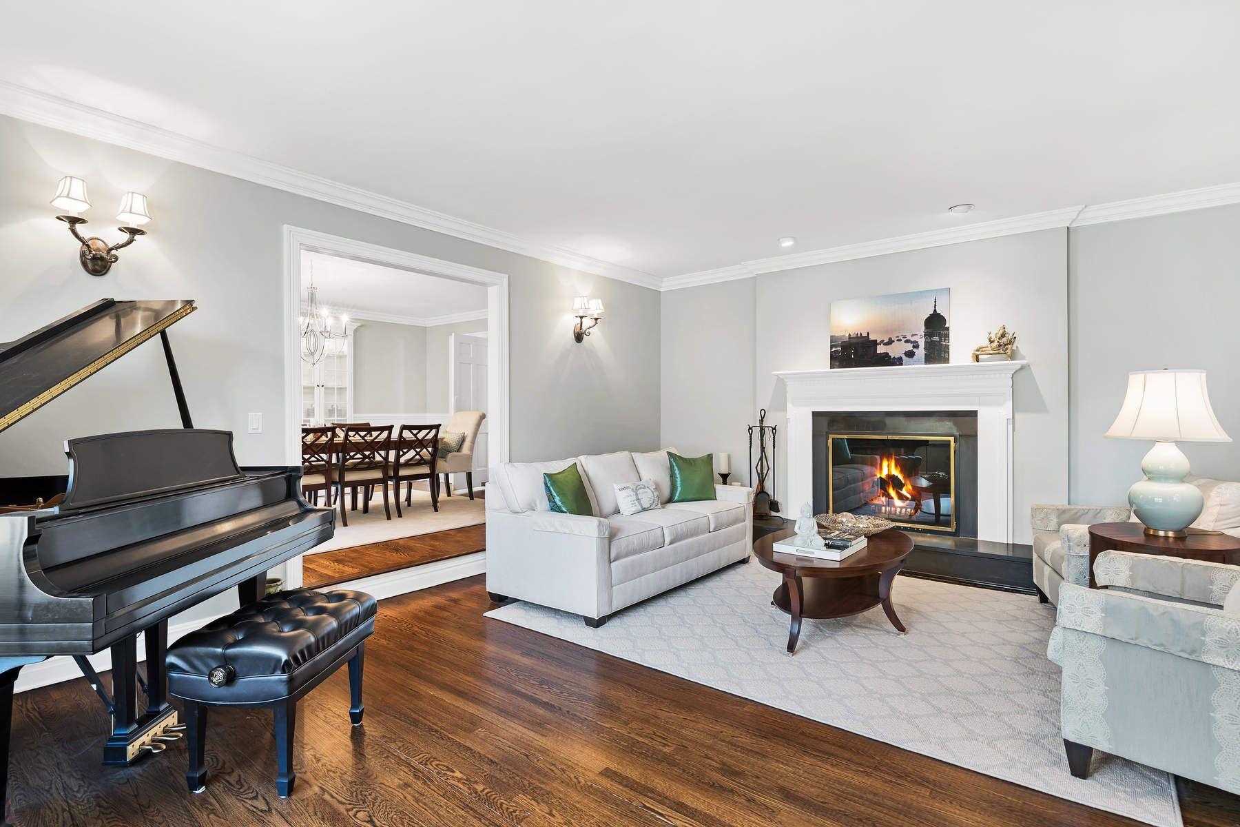 独户住宅 为 销售 在 Bright and Beautiful 17 Rustic View Road, 格林威治, 康涅狄格州, 06830 美国