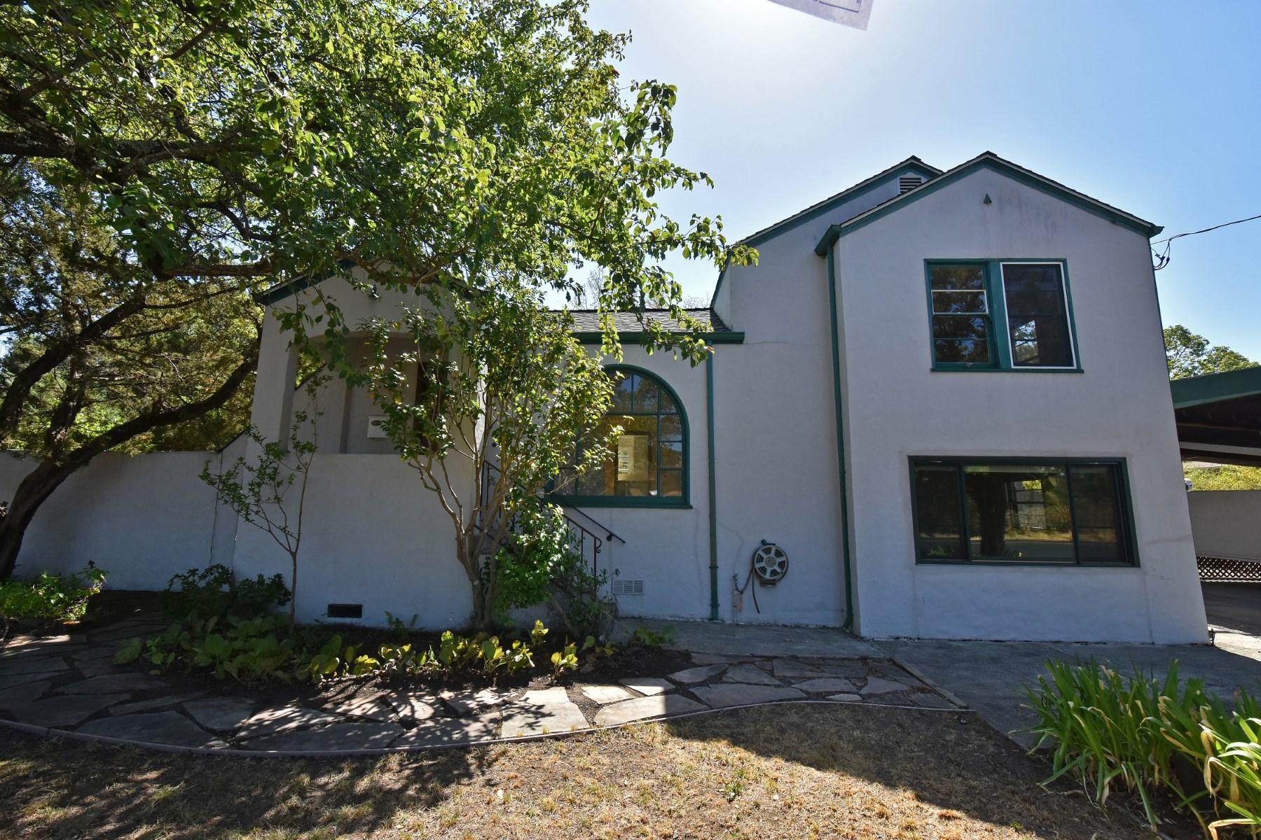Maison unifamiliale pour l Vente à VINTAGE HOME ON DOUBLE LOT 365 W Spain St Sonoma, Californie, 95476 États-Unis