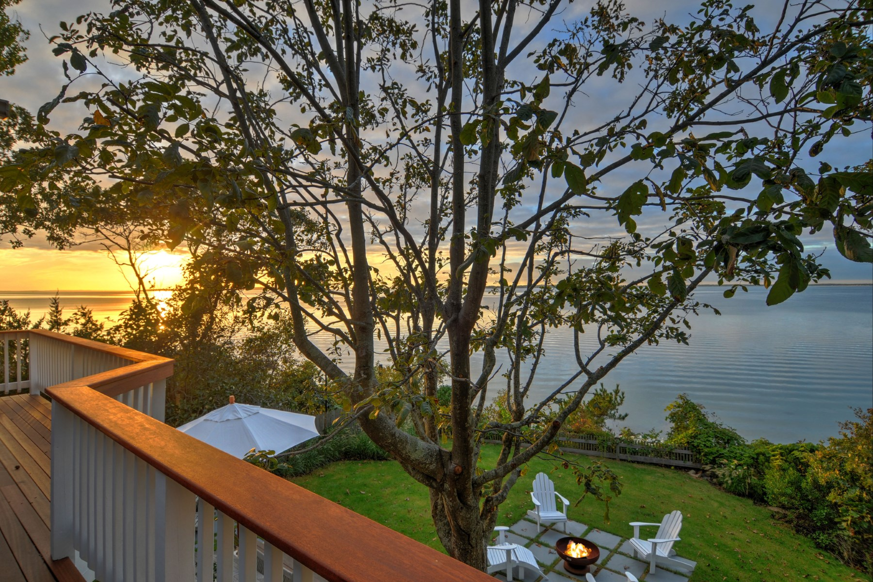 Additional photo for property listing at Waterfront 3 BR 3 Bath  Cottage Escape  Southampton, New York 11968 United States