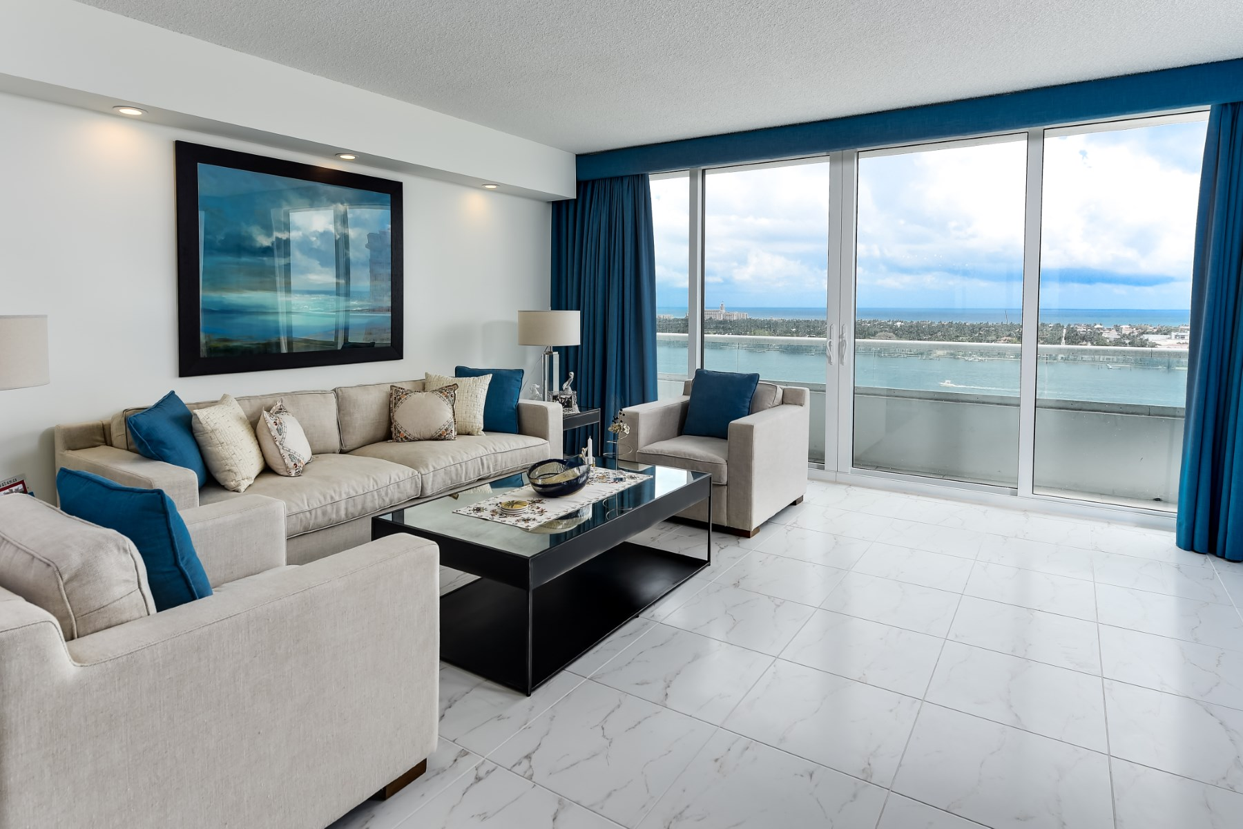 Appartement en copropriété pour l Vente à Updated Trump Plaza Condo 529 S Flagler Drive 19F West Palm Beach, Florida 33401 États-Unis