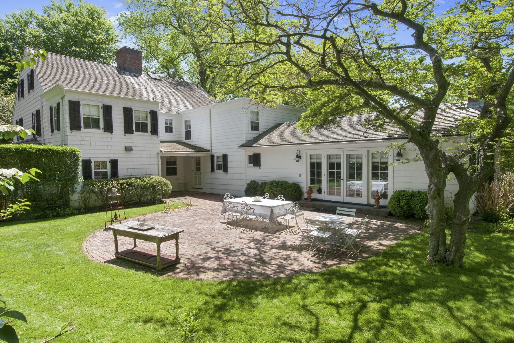 واحد منزل الأسرة للـ Sale في Terrific Value In East Hampton Village 109 Main St, East Hampton, New York, 11937 United States