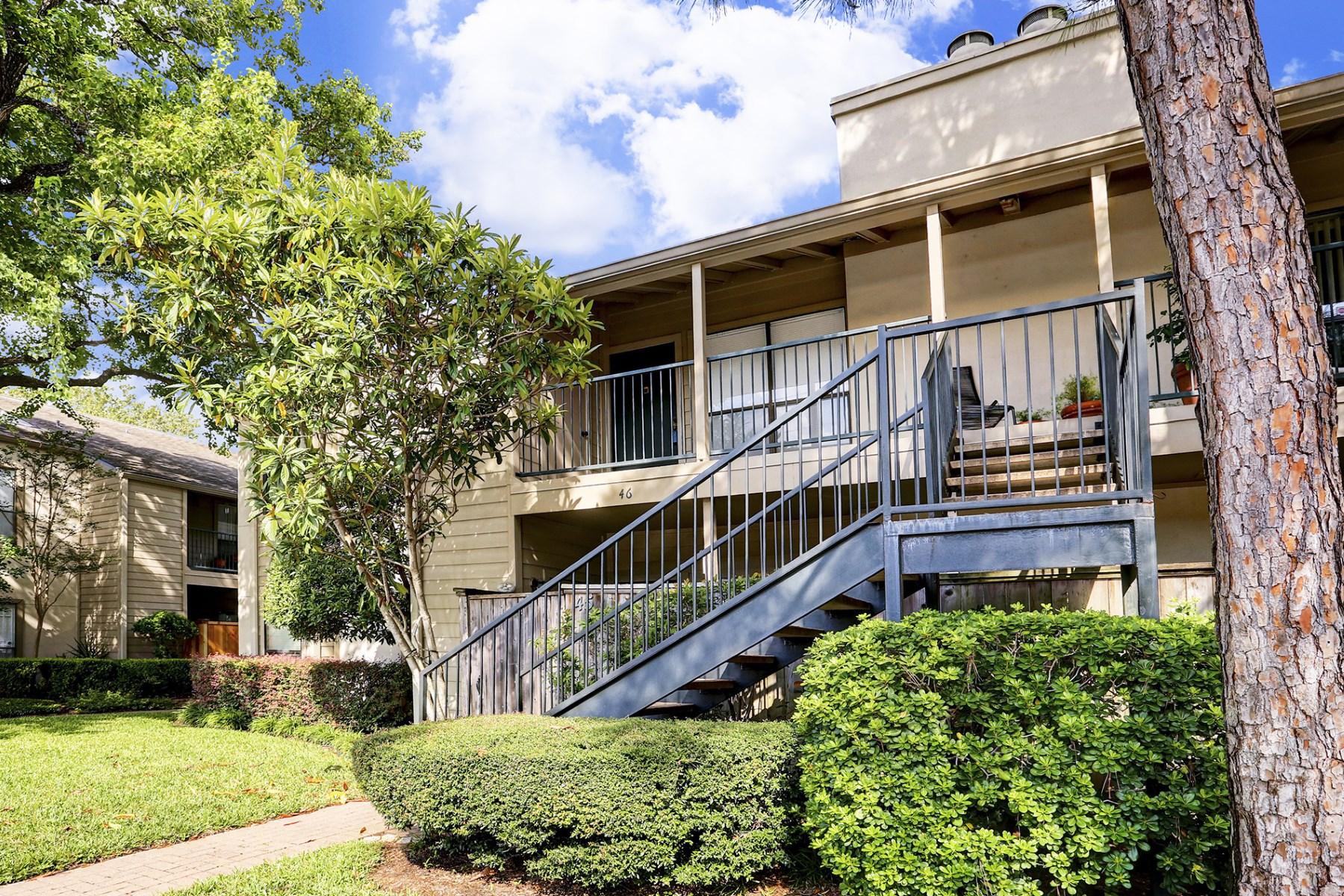 Кондоминиум для того Продажа на 1100 Augusta Drive 1100 Augusta Drive Unit 46, Briargrove, Houston, Техас, 77057 Соединенные Штаты