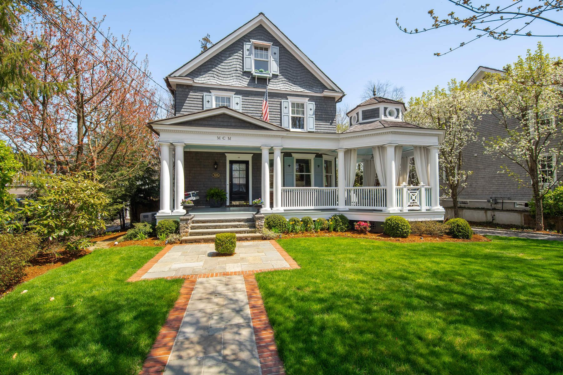 Maison unifamiliale pour l Vente à Ideal Old Greenwich Living 326 Sound Beach Avenue Old Greenwich, Connecticut 06870 États-Unis