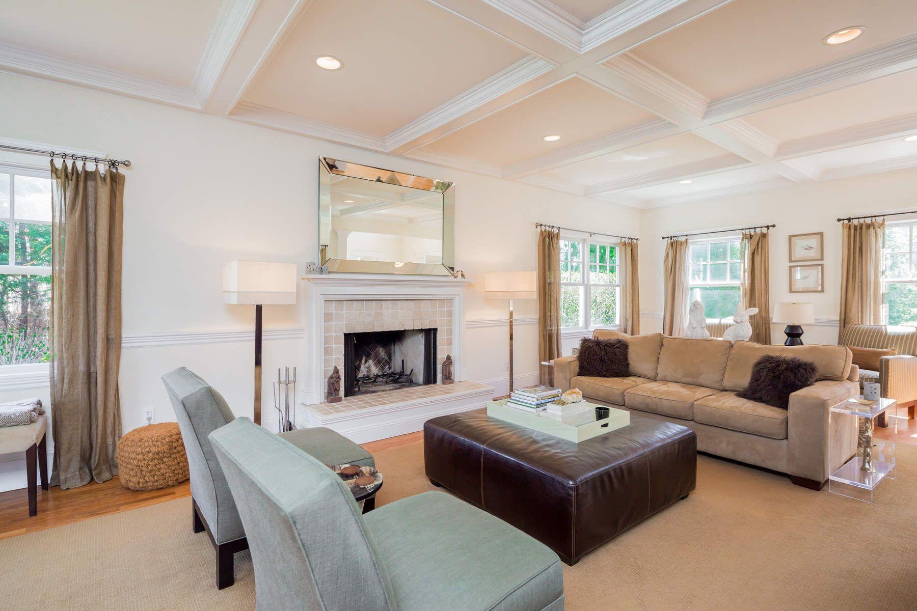 Частный односемейный дом для того Продажа на Best Value Under 2M - Private Setting 10 Bay Colony Court, East Hampton, Нью-Йорк, 11937 Соединенные Штаты