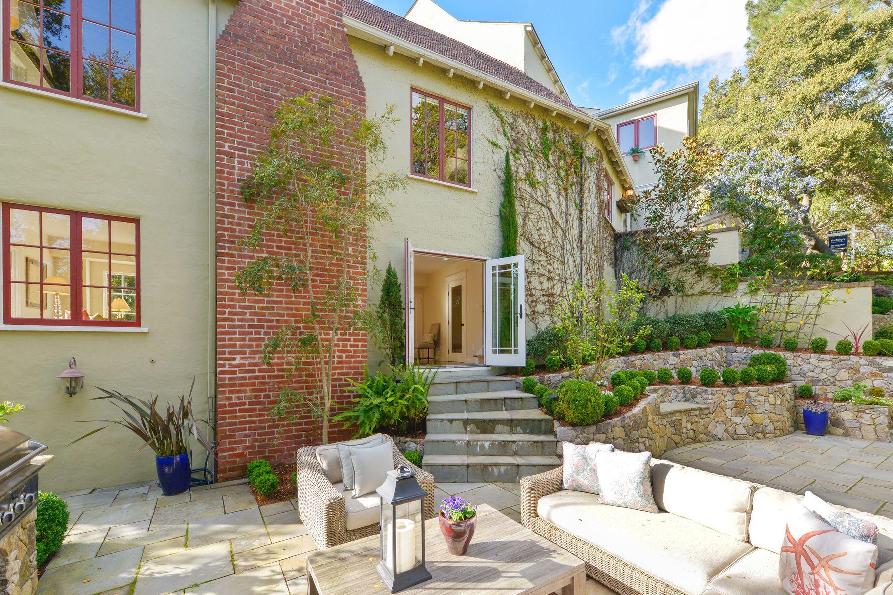 Casa Unifamiliar por un Venta en Tucked-Away Estate with Majestic Grounds 1 Downey Pl Oakland, California 94610 Estados Unidos