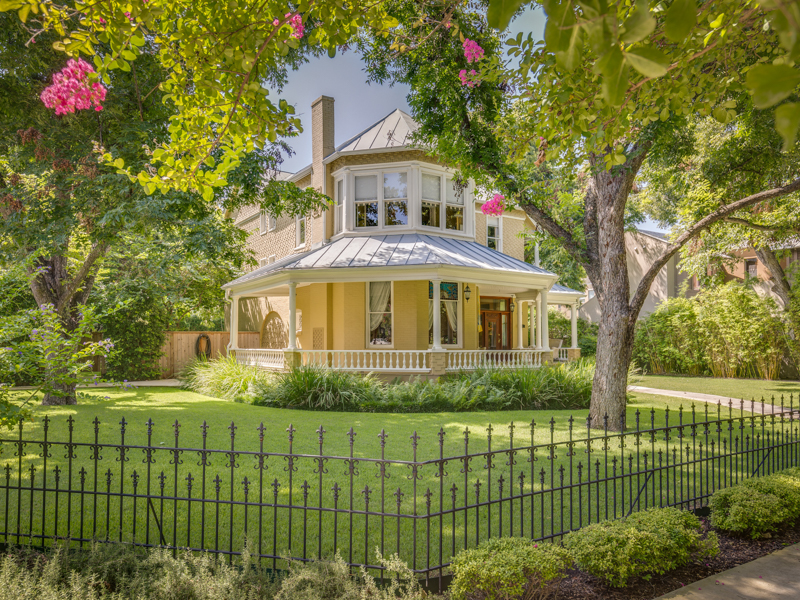Maison unifamiliale pour l Vente à Gorgeous Victorian Home in King William 402 Madison San Antonio, Texas 78204 États-Unis