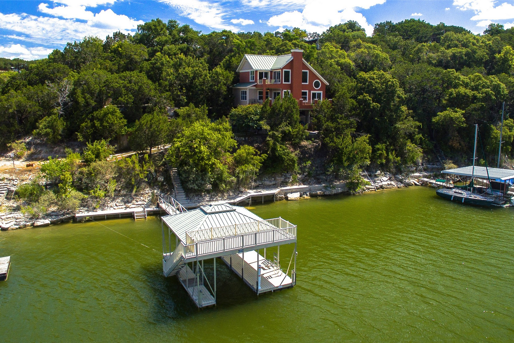 Casa Unifamiliar por un Venta en Private Waterfront Retreat on Lake Travis 4012 Beach Rd Lago Vista, Texas 78645 Estados Unidos