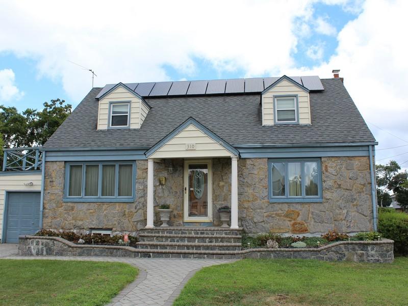 Casa para uma família para Venda às Exp Cape 310 Center St Westbury, Nova York 11590 Estados Unidos