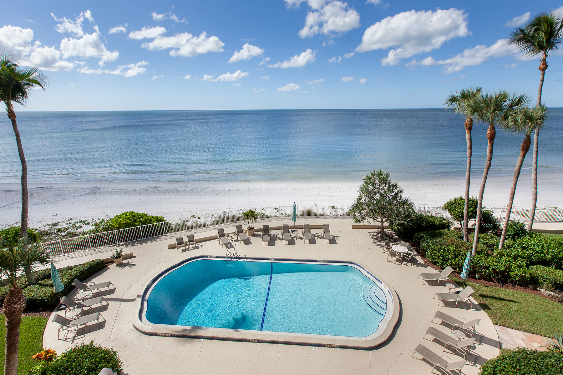 共管式独立产权公寓 为 销售 在 MOORINGS - GULF VIEW BEACH CLUB 2171 Gulf Shore Blvd N 303 Naples, 佛罗里达州 34102 美国