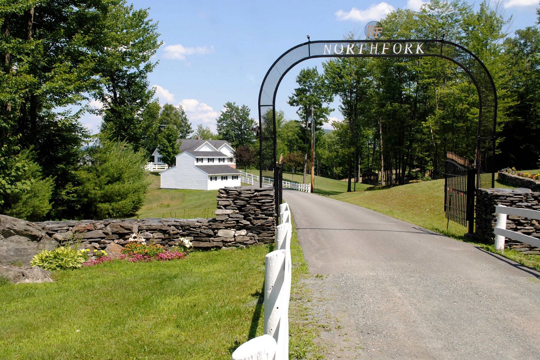 Villa per Vendita alle ore Relax By The Pond In Waterford 1087 Slate Ledge Rd Waterford, Vermont, 05819 Stati Uniti