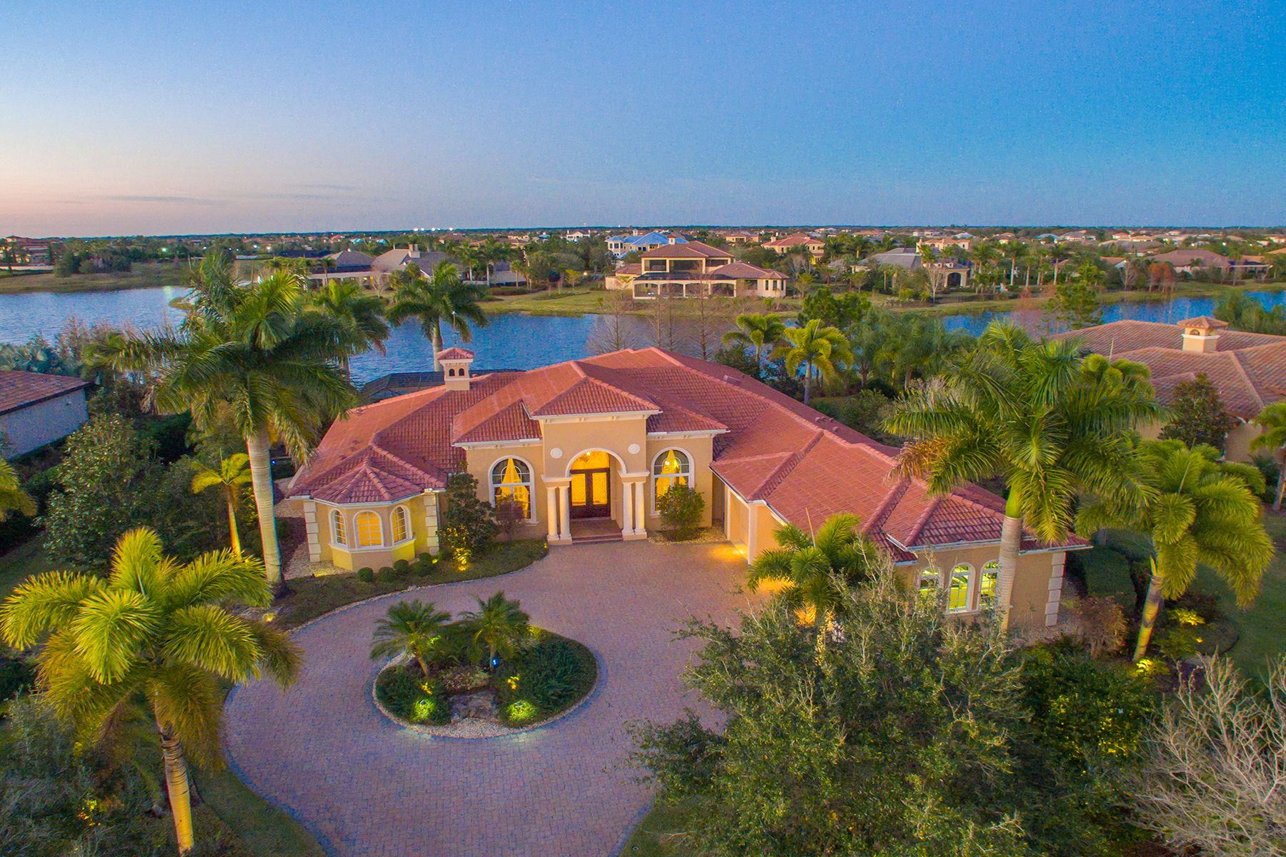 Casa para uma família para Venda às LAKEWOOD RANCH - THE LAKE CLUB 15907 Baycross Dr Lakewood Ranch, Florida, 34202 Estados Unidos