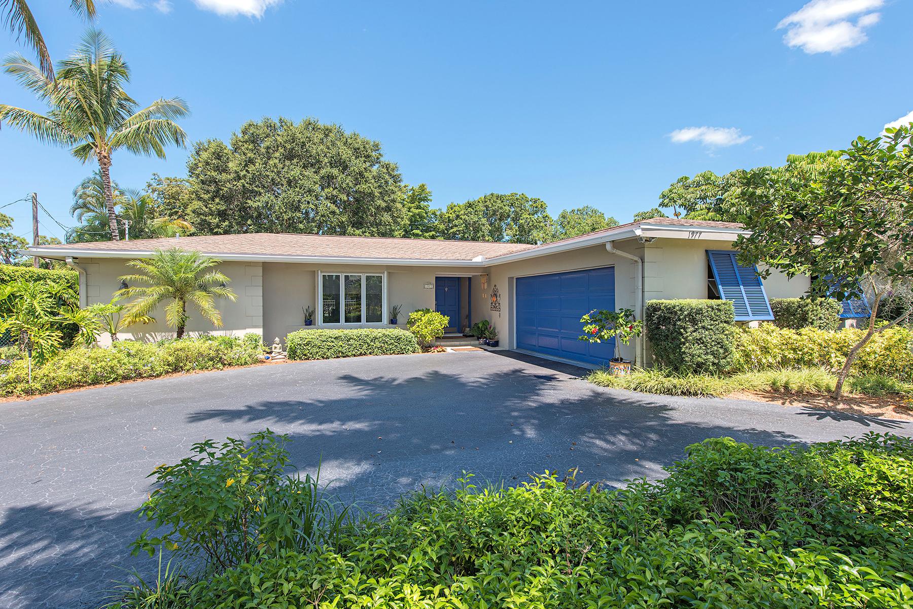 Частный односемейный дом для того Продажа на THE MOORINGS 1977 Alamanda Dr Naples, Флорида 34102 Соединенные Штаты