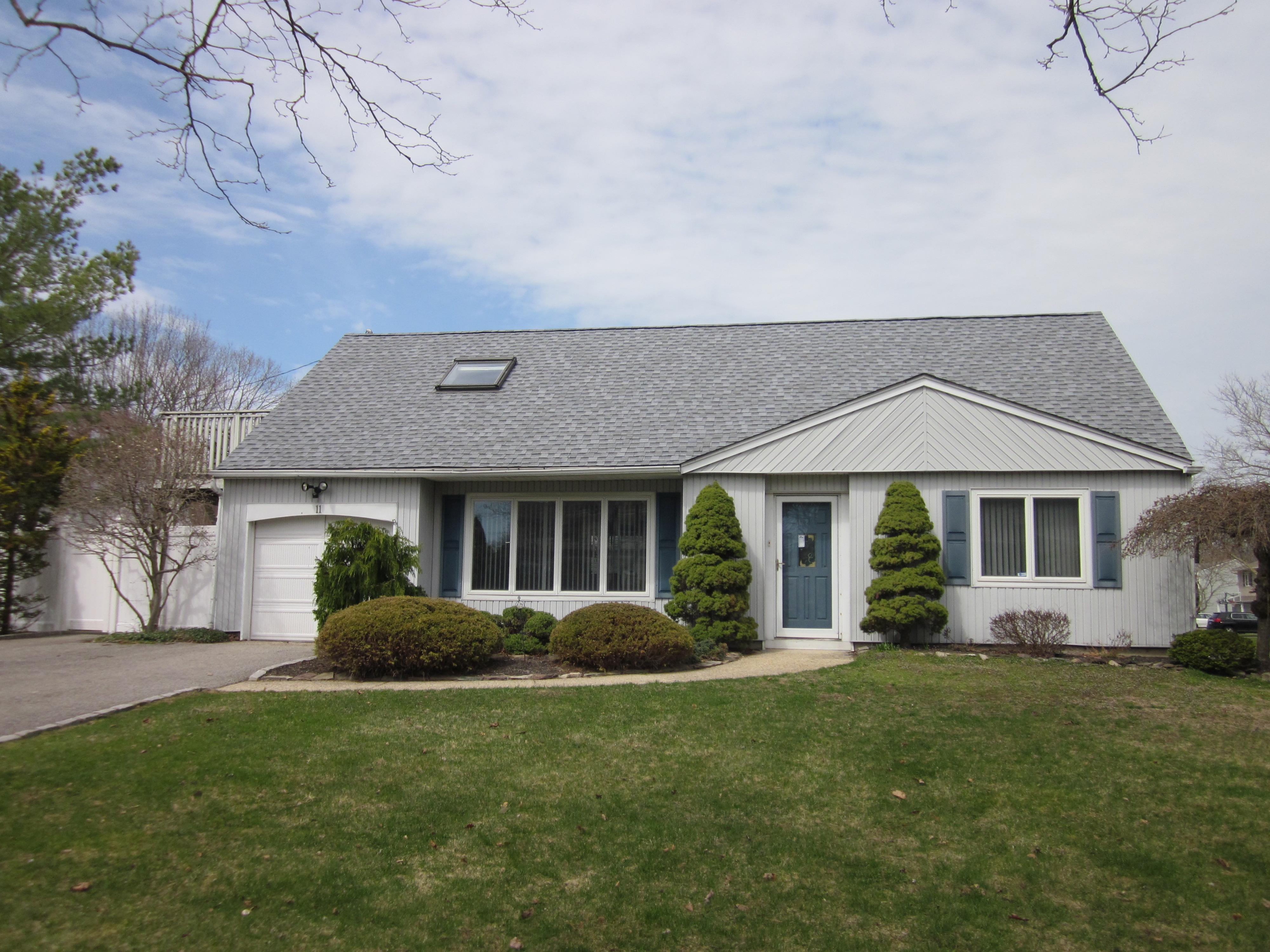 Casa para uma família para Venda às Cape 11 Yardley Ln Nesconset, Nova York 11767 Estados Unidos