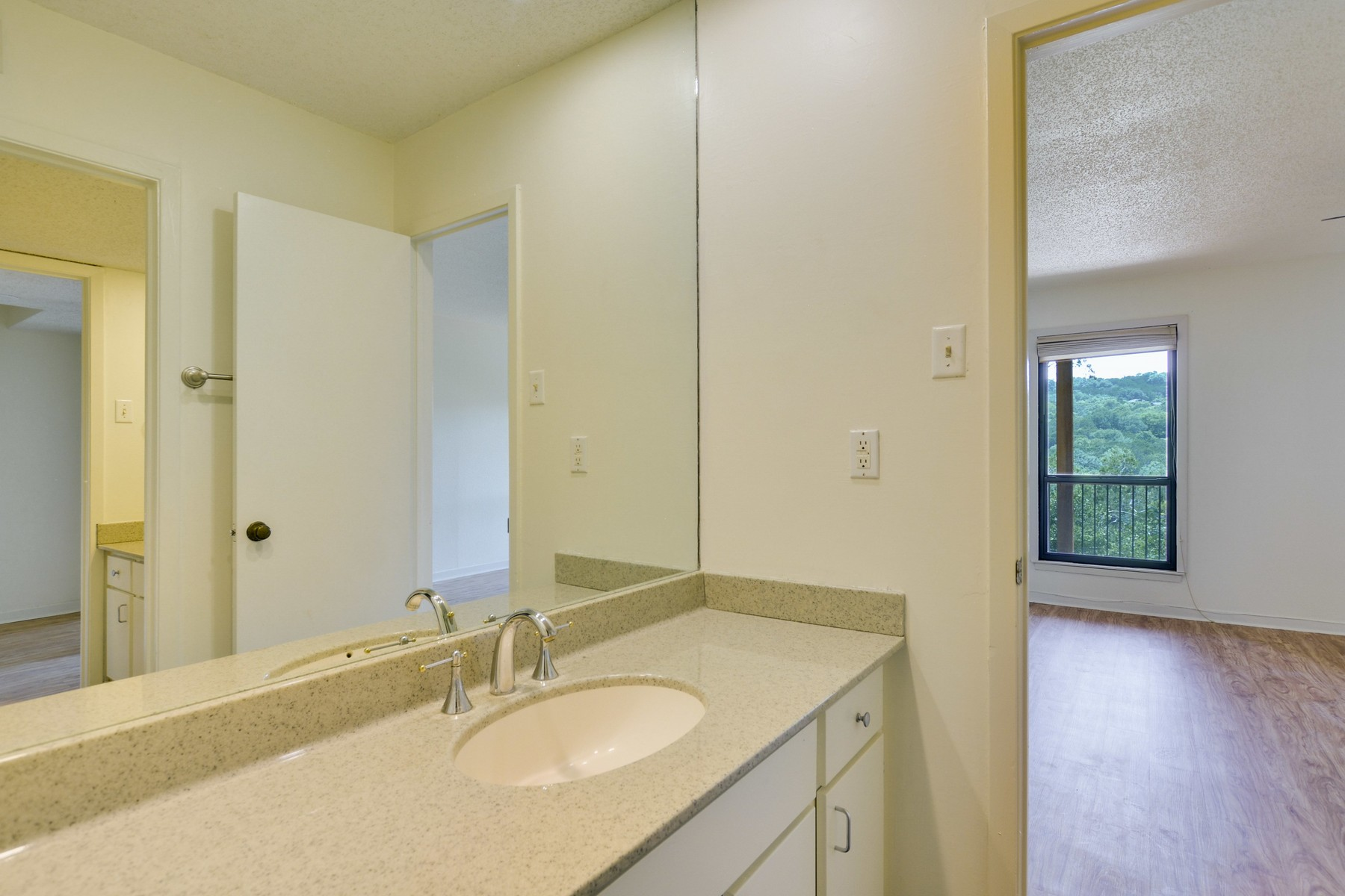 Additional photo for property listing at Beautiful Condo in the Heart of Westlake 1821 Westlake Dr 107 Austin, Texas 78746 Estados Unidos