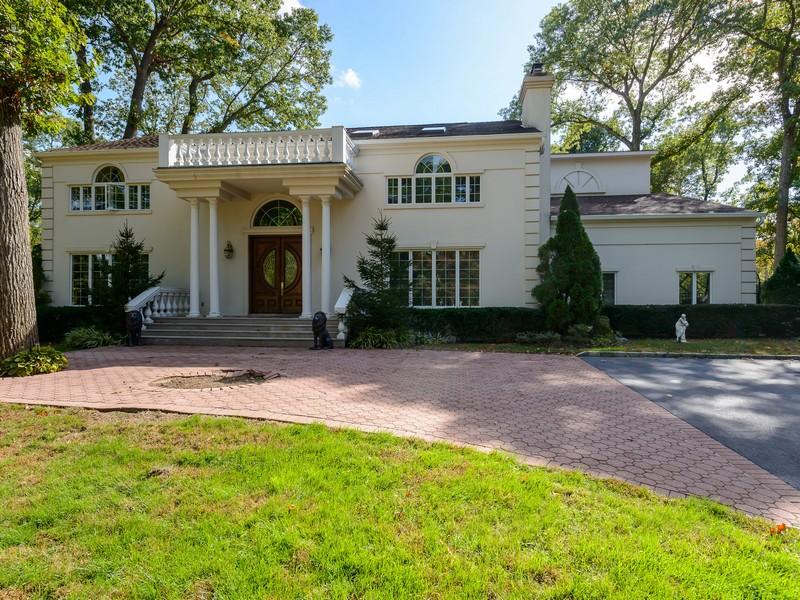 Nhà ở một gia đình vì Bán tại Colonial 5 Norgate Rd Brookville, New York 11545 Hoa Kỳ