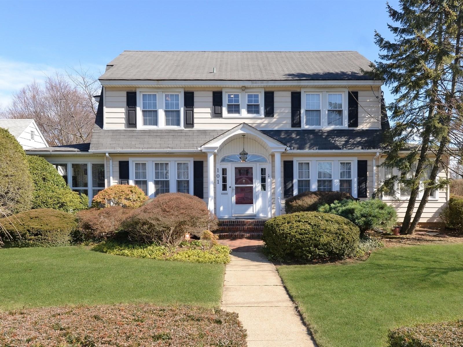 Einfamilienhaus für Verkauf beim Colonial 101 S Lewis Pl Rockville Centre, New York, 11570 Vereinigte Staaten