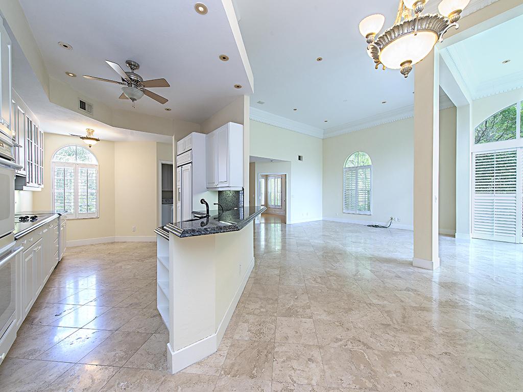 Nhà chung cư vì Bán tại PELICAN MARSH - CLERMONT 1560 Clermont Dr D-201 Naples, Florida 34109 Hoa Kỳ
