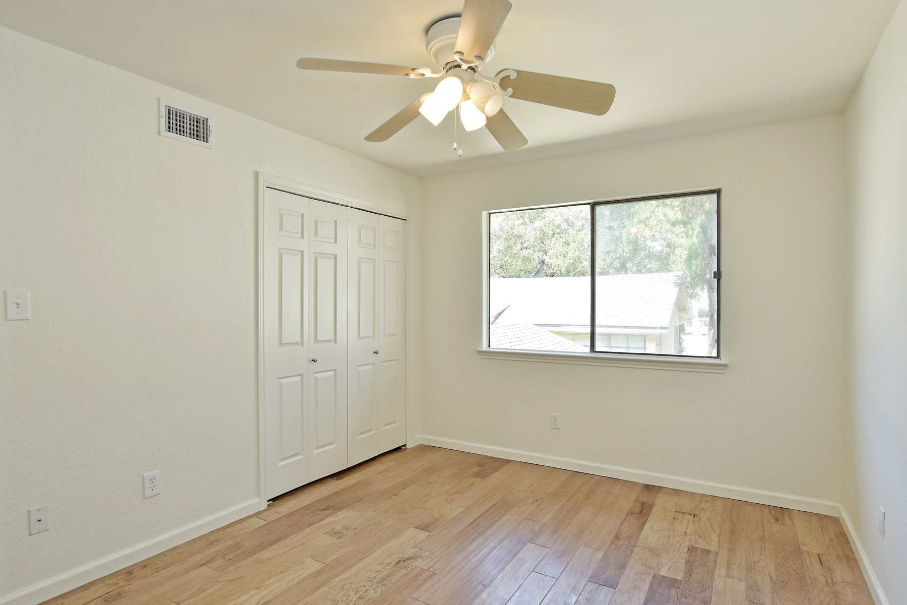Additional photo for property listing at Renovated Condo in Clarksville 1610 Waterston Ave 12 Austin, Texas 78703 Estados Unidos