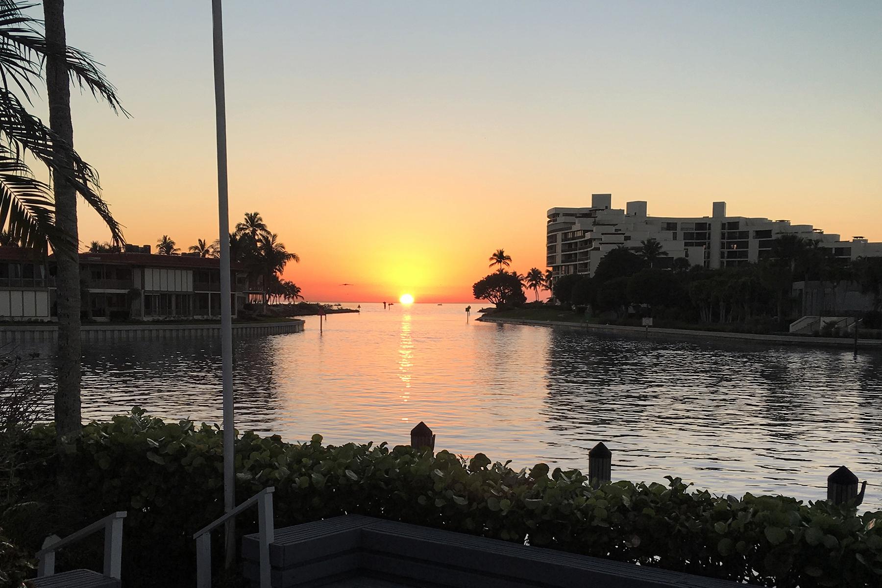 Maison unifamiliale pour l Vente à MOORINGS 2341 Windward Way Naples, Florida, 34103 États-Unis