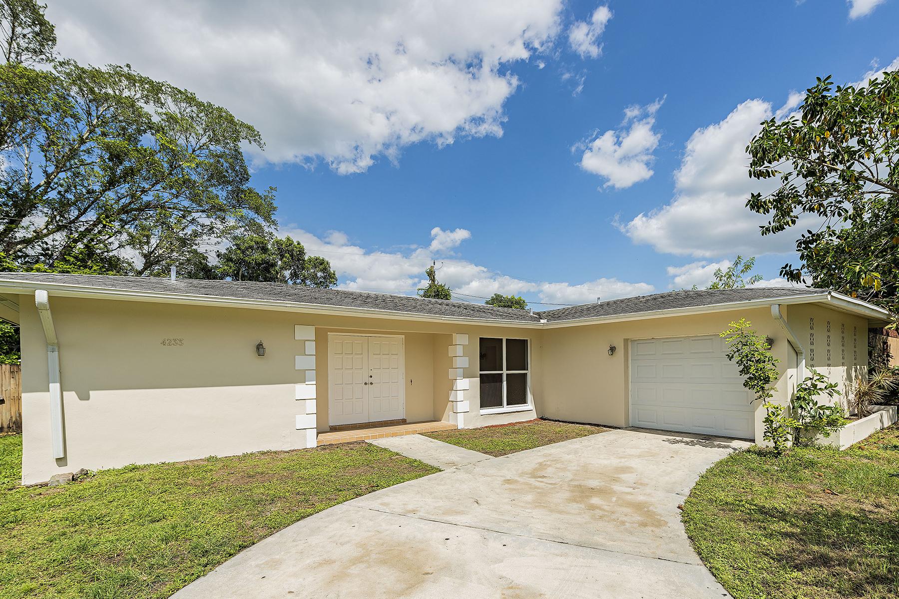 Casa Unifamiliar por un Venta en GOLDEN GATE CITY 4233 20th Pl SW Naples, Florida, 34116 Estados Unidos
