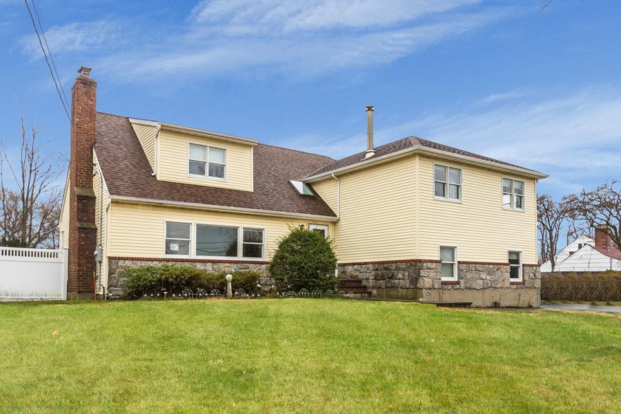 Casa para uma família para Venda às Split 11 Westland Dr Glen Cove, Nova York 11542 Estados Unidos