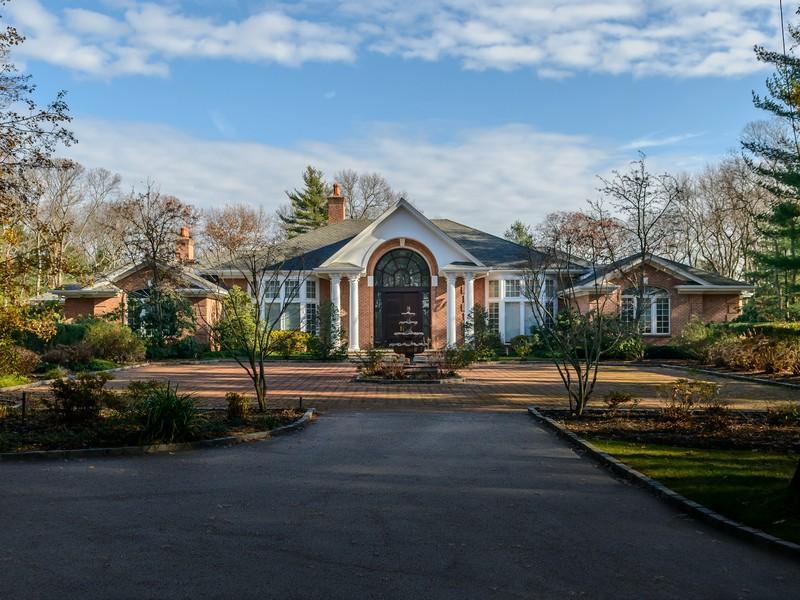 Casa para uma família para Venda às Colonial 43 Chestnut Hill Dr Upper Brookville, Nova York, 11771 Estados Unidos