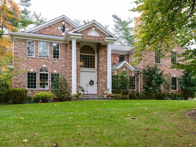 Nhà ở một gia đình vì Bán tại Colonial 27 The Birches Roslyn Estates, New York 11576 Hoa Kỳ