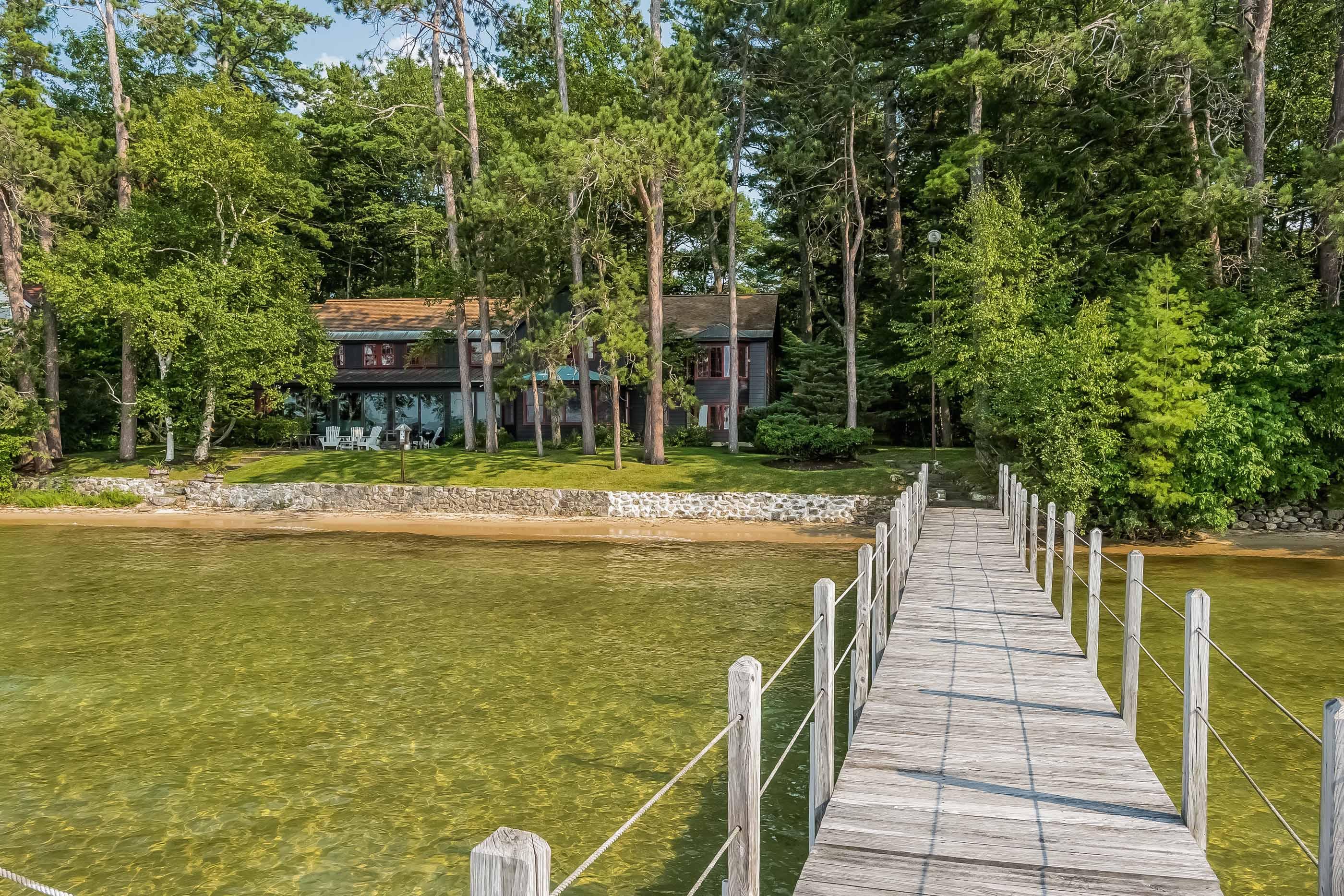 Частный односемейный дом для того Продажа на 88 Pendleton Beach Rd, Laconia Laconia, Нью-Гэмпшир 03246 Соединенные Штаты