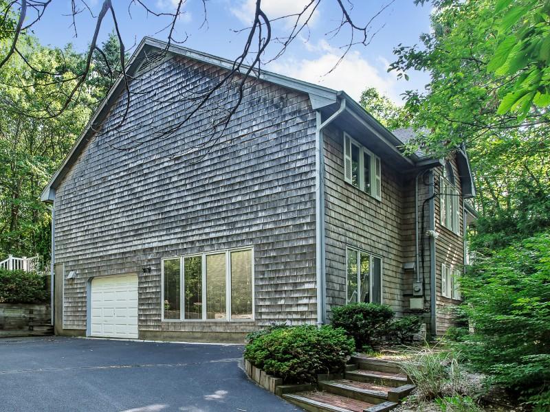 Casa para uma família para Venda às Contemporary 76 Pine Hill Rd Port Jefferson, Nova York 11777 Estados Unidos