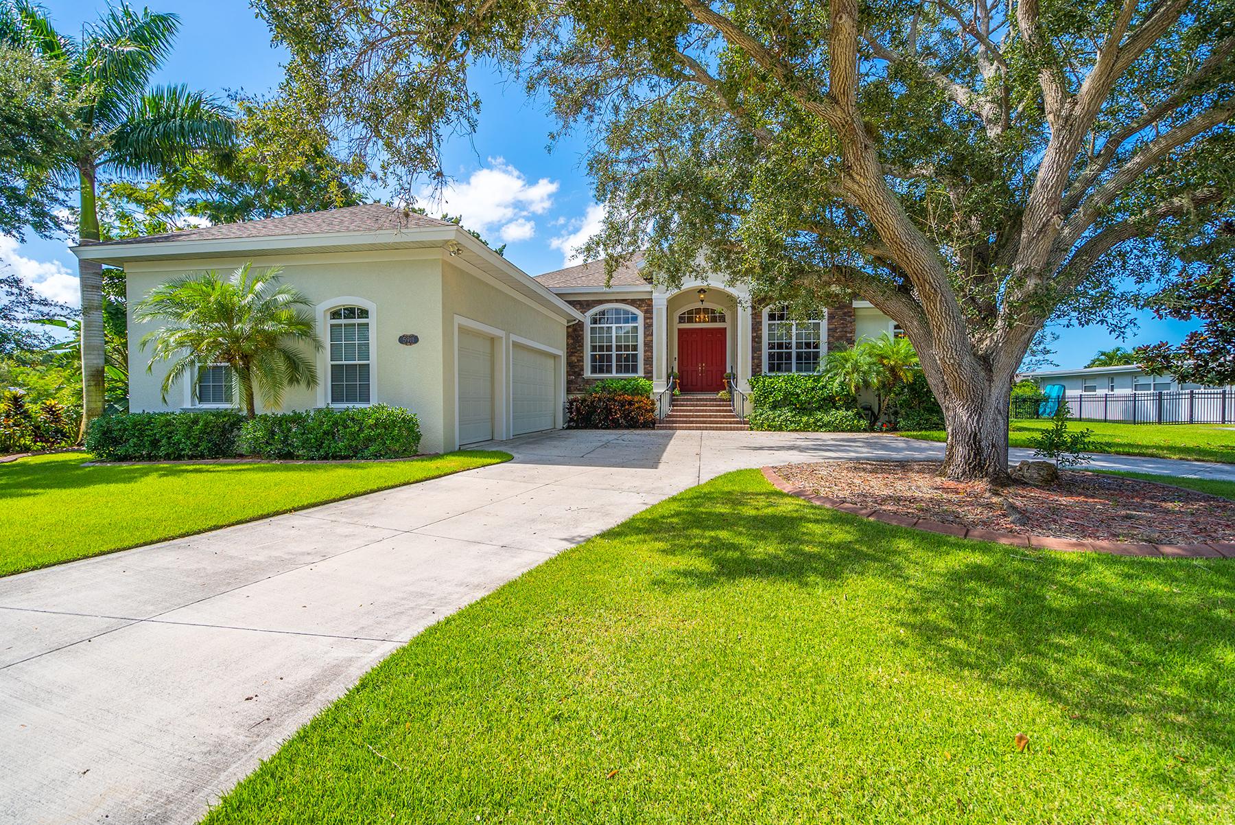 Casa Unifamiliar por un Venta en MANATEE RIVER REGION 5911 Riverview Blvd Bradenton, Florida, 34209 Estados Unidos