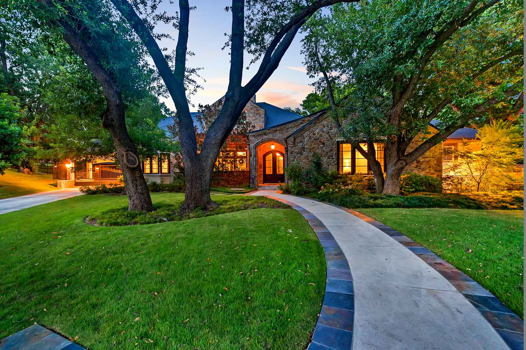 Maison unifamiliale pour l Vente à Ridgmar Traditional 1701 Dakar Rd Fort Worth, Texas, 76116 États-Unis