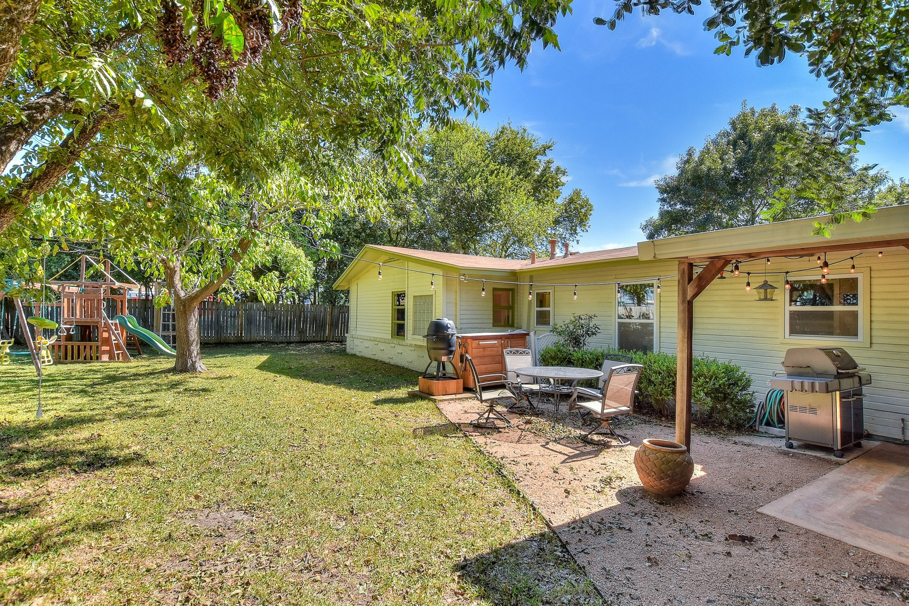 Additional photo for property listing at Wonderful Home on Corner Lot in Allandale 2500 Twin Oaks Dr Austin, Texas 78757 Estados Unidos