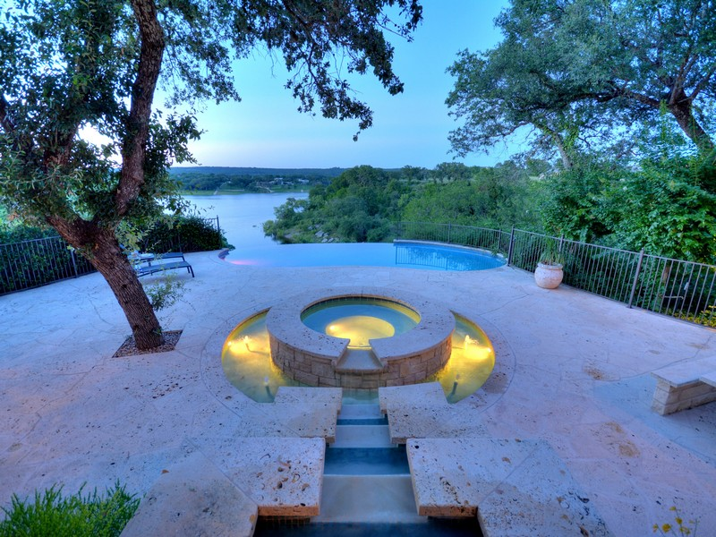 Additional photo for property listing at Enjoy the Quality of Life on Lake Travis 25630 Cliff Xing Spicewood, Texas 78669 Estados Unidos