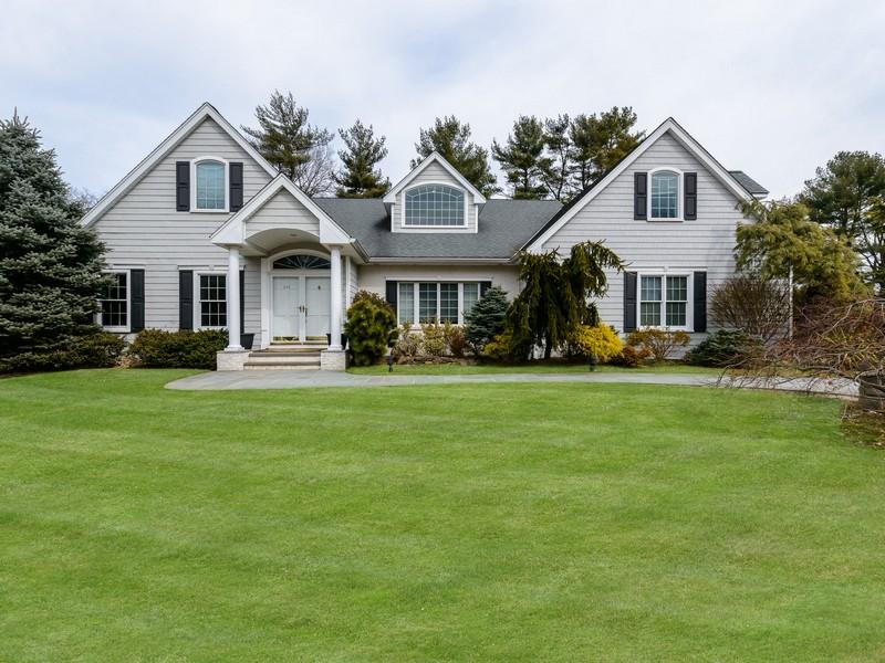 Villa per Vendita alle ore Colonial 115 Walnut Dr East Hills, New York 11576 Stati Uniti