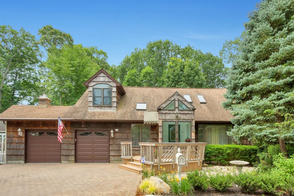 Einfamilienhaus für Verkauf beim Cape 10 Lane D Huntington, New York, 11743 Vereinigte Staaten