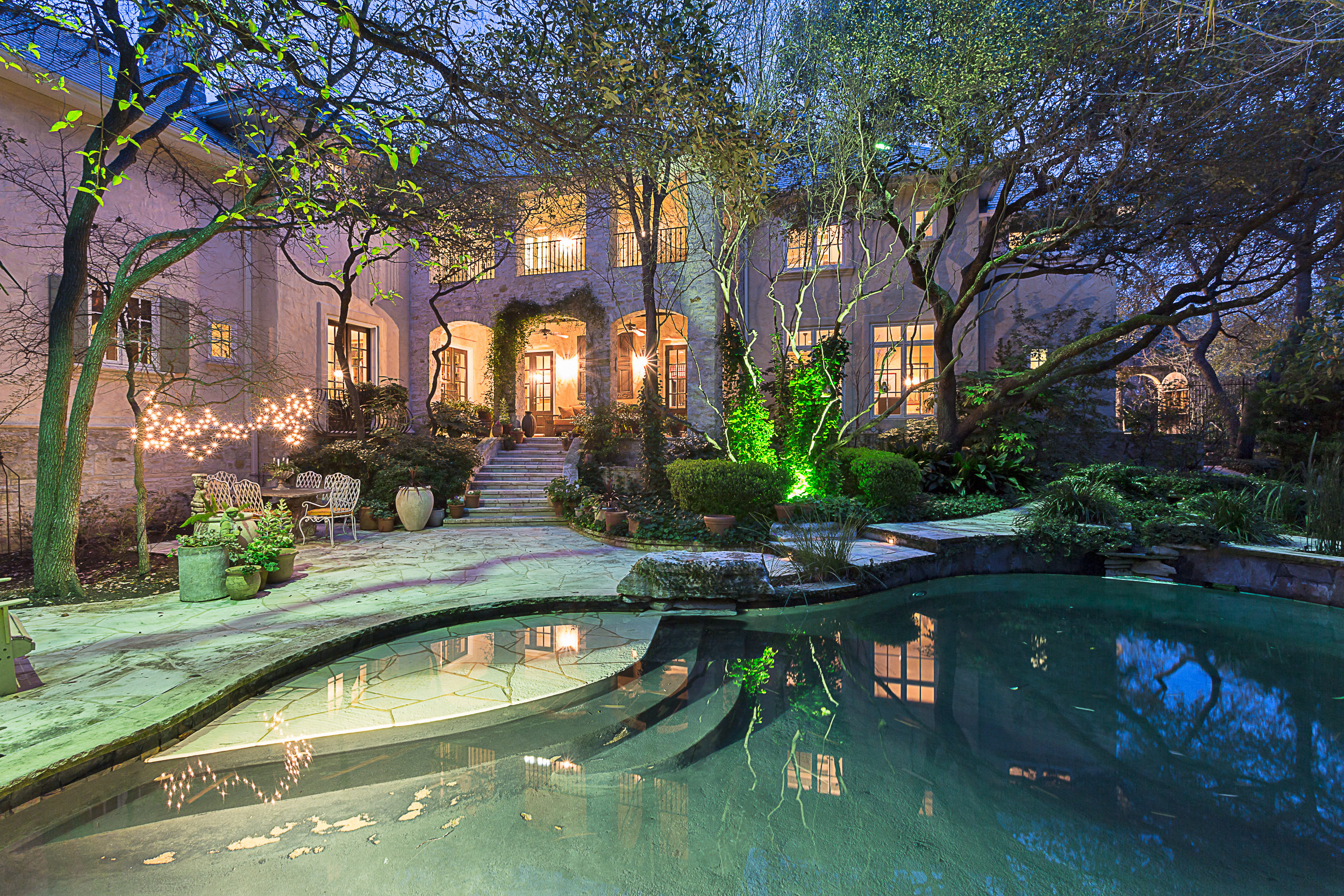 Vivienda unifamiliar por un Venta en A Rare Find in a Treasured Neighborhood 410 Lake Cliff Trl Austin, Texas 78746 Estados Unidos