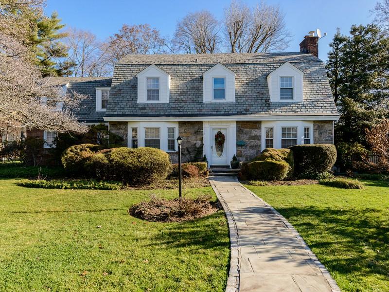 独户住宅 为 销售 在 Colonial 2 Canterbury Ln 东希尔斯, 纽约州 11577 美国