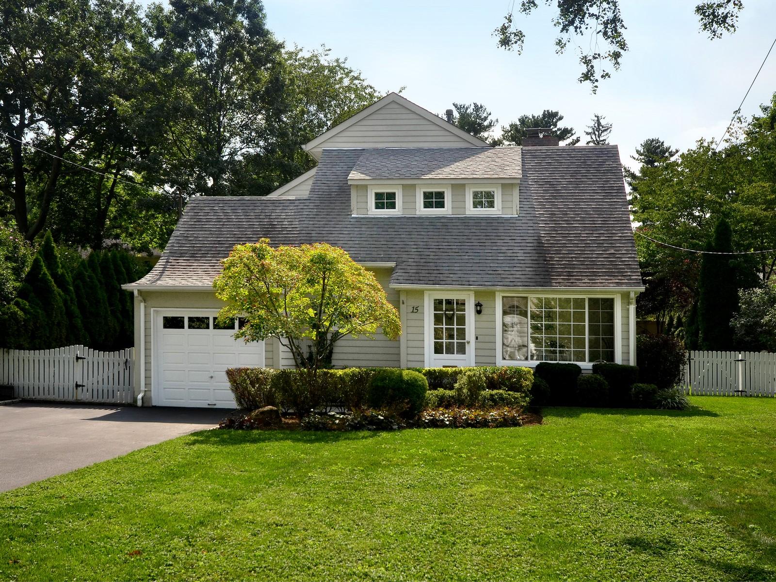Einfamilienhaus für Verkauf beim Colonial 15 Bayside Ave Port Washington, New York, 11050 Vereinigte Staaten