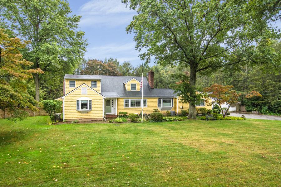 Nhà ở một gia đình vì Bán tại Colonial 216 Frost Pond Rd Glen Head, New York 11545 Hoa Kỳ