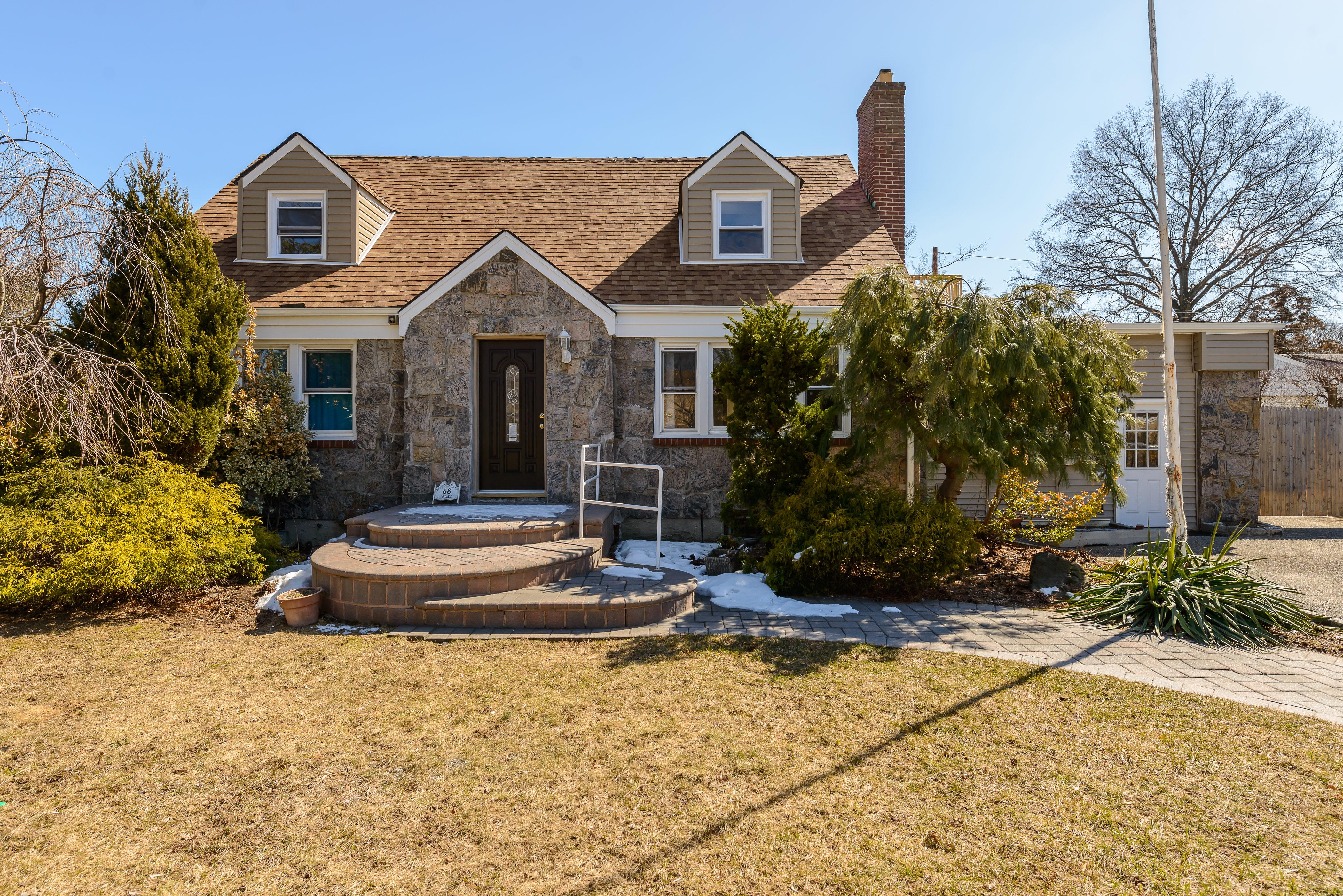 Einfamilienhaus für Verkauf beim Cape 68 Wickey Ave Westbury, New York 11590 Vereinigte Staaten